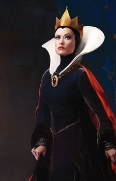 I'd really like to have a seamstress make me this Halloween costume. Snow White Halloween Costume, Fete Halloween, Halloween Cosplay, Halloween Costumes, Vintage Halloween, Disney Villain Costumes, Disney Cosplay, Disney Villains, White Queen Costume