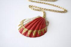 Sea Shell Necklace Pendant Necklace  Coral Pink por SeashoreLove, $54.00