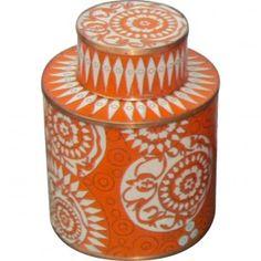 Le pot à thé Graphique,modèle moyen, de Fabienne Jouvin. Un motif traditionnel travaillé dans un rouge éclatant.