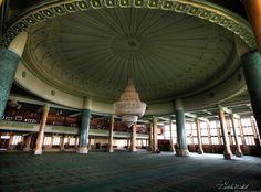 "مسجد أول نوفمبر باتنة الجزائر Premier Novembre Mosque (The Interior) La mosquée ""1er Novembre 1954″ (ar :مسجد أول نوفمبر1954[1])de la ville de Batna se trouve sur la route de Biskra, son ouverture  en 2003 comme un imposant monument religieux et une réalisation architecturale de la ville, est considérée comme étant la plus grande du pays."