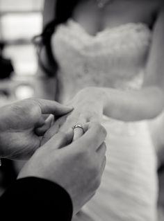 Non Traditional Wedding Rings - Wedding photography - Hochzeit Wedding Poses, Wedding Photoshoot, Wedding Couples, Wedding Shot List, Wedding Picture Poses, Wedding Ideas, Non Traditional Wedding Ring, Cool Wedding Rings, Gold Wedding