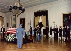 The Kennedy family waits in the White House East Room for the start of the procession as JFK's casket is carried on a military caisson to the Capitol to lie in state in the Rotunda. Les Kennedy, Carolyn Bessette Kennedy, Caroline Kennedy, Jaqueline Kennedy, Robert Kennedy, American Presidents, American History, Jfk Funeral, Familia Kennedy
