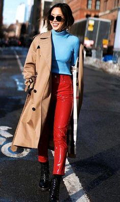 Trench Coat: agora e sempre! Women's Summer Fashion, Autumn Fashion, Fashion 2018, Women's Fashion, Red Leather Trousers, Red Pants Outfit, Fashion Outfits, Fashion Trends, Fashion Bloggers