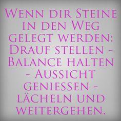 Wenn dir Steine in den Weg gelegt werden: Drauf stellen - Balance halten - Aussicht genießen - lächeln und weitergehen. - erdbeerlounge.de
