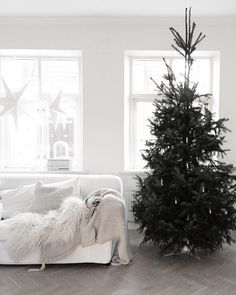 With 1st advent this Sunday I felt it called for some beautiful Scandinavian Christmas inspiration, what do you reckon?! If like me you like to keep things simple, you'll love the details in this love