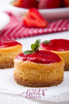 Creamy and delicious keto mini cheesecakes. They are easy to make and great for parties, holidays, weddings, or whatever the occasion! Low Carb Desserts, Low Carb Recipes, Dessert Recipes, Lunch Recipes, Sweet Recipes, Breakfast Recipes, Baked Cheesecake Recipe, Low Carb Cheesecake, Raspberry Cheesecake