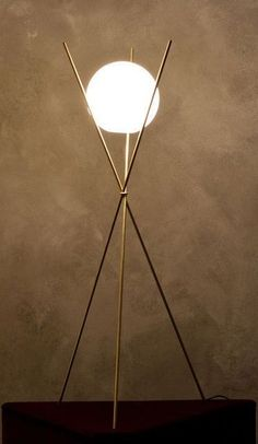 Lampadaire Tree in the Moonlight de Michael Anastassiades, laiton brossé et opaline, chez Nilufar.