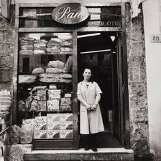 Pane, Pignasecca, Napoli - photo by Christina Piza, 1999 Vintage Pictures, Old Pictures, Old Photos, Vintage Bakery, Vintage Shops, Italian People, Bread Shop, Vintage Italy, Southern Italy