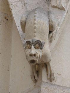 File:Statue surprise sur le palais de justice de Rouen.JPG