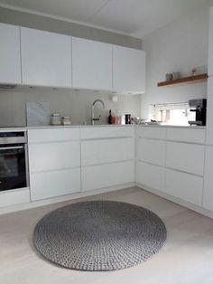 Kitchen and round rug Kitchen Flooring, Kitchen Dining, Kitchen Cabinets, Kitchen Modern, Beautiful Kitchens, Cool Kitchens, Hidden Kitchen, Kitchen Wall Colors, Kitchen Stories