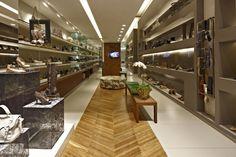 Interior da loja de calçados e acessórios femininos no bairro Santa Efigênia