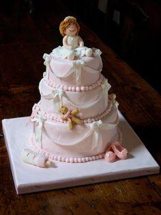 Una torta decorata per il battesimo di una bimba. Cake design in rosa
