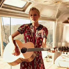 She looks so young in this photo. I think it's the acoustic guitar that's taking me back. :')