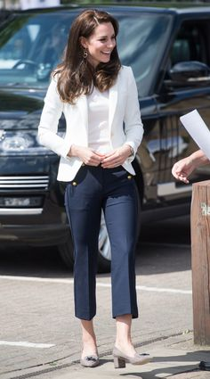 Kate Middleton in the White Blazer and Navy Pants in London at the 1851 Trust Roadshow Looks Kate Middleton, Kate Middleton Outfits, Kate Middleton Fashion, Elegantes Business Outfit, Nautical Outfits, Nautical Theme, Princess Kate, Sailor Princess, Duchess Of Cambridge