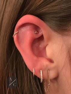 Rose Gold tri dot stud in this faux Rook for balance. By Adrian Daniel Castillo. Cute Ear Piercings, Multiple Ear Piercings, Tongue Piercings, Cartilage Piercings, Barbell Piercing, Faux Rook Piercing, Teardrop Earrings, Dangle Earrings, Rook Jewelry