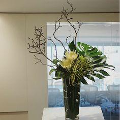 New Ideas For Flowers Arrangements Vase Contemporary Tropical Centerpieces, Tropical Flower Arrangements, Ikebana Flower Arrangement, Church Flower Arrangements, Ikebana Arrangements, Beautiful Flower Arrangements, Beautiful Flowers, Exotic Flowers, Tropical Flowers