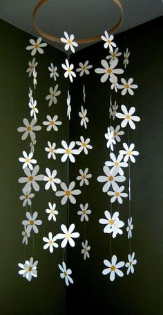 Margherita fiore Mobile Daisy Mobile di carta per di emaliasfancynice Flower Mobile - Paper Daisy Mobile Inspired by Pottery Barn Kids for Nursery, Ba.Daisy Flower Mobile - Paper Daisy Mobile for Nursery, Baby or Kids Decor - Shower Gift - Decoration Summer Deco, Diy And Crafts, Craft Projects, Crafts For Kids, Creative Crafts, Recycled Cd Crafts, Baby Crafts, Kids Decor, Diy Room Decor