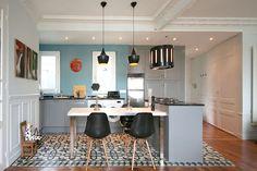 image-cuisine-eclectique-carrelage-chaises-design-eames-suspensions-tom-dixon