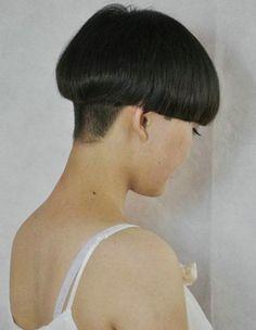 véritable coupe au bol Graduated Bob Haircuts, Very Short Haircuts, Short Bob Hairstyles, Half Shaved Hair, Shaved Nape, Long Wavy Hair, Short Hair Cuts, Bowl Haircuts, Bald Hair