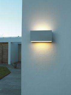 Met deze up- en downlighter uit de serie Vista kunt u fraai subtiel de gevel verlichten. Naar gelang de gebruikte lichtbron geeft de lamp een brede en diepe