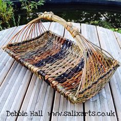 Willow Basketry for the Garden Newspaper Basket, Newspaper Crafts, Basket Drawing, Basket Weaving Patterns, Willow Weaving, Paper Weaving, Weaving Projects, Pine Needles, Weaving Techniques