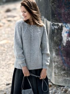 Grå bluse med snoninger strikkeopskrift Chrochet, Knit Crochet, Sweater Design, Knitwear, Knitting Patterns, Sweaters For Women, Pullover, Womens Fashion, Outfits