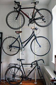 tres bicis en espacio de una