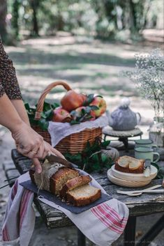 Discover recipes, home ideas, style inspiration and other ideas to try. Picnic Photography, Family Photography, Photography Poses, Children Photography, Picnic Time, Fall Picnic, Good Food, Yummy Food, Picnic Essentials