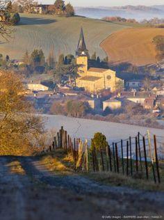 De terrains vallonnés en villages de caractère, de spécialités culinaires en castelnaux, bourgs construits autour d'un château, voici comment se découvre le Gers.