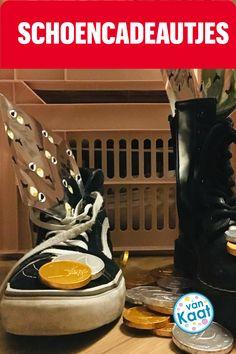 Schoencadeautjes, dat is een kleinigheidje en wat zo ongeveer in de schoen past. Een blog met tips voor leuke schoencadeautjes. Maar ook tips voor grotere cadeaus voor in de zak van Sinterklaas! Tips, Blog, Blogging, Counseling