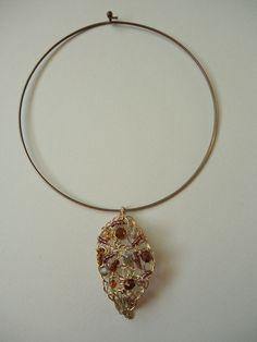 Un Tutorial, dettagliato e in italiano, con le istruzioni per realizzare una collana con un pendente foglia fatto con filo metallico e perline.