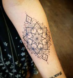 Tatuagem geométrica e delicada criada por Dani Cunha. #tattoo #tatuagem #art #arte #delicada #sweet #geometrica #linhas