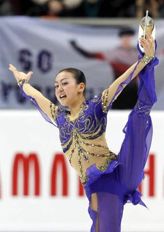 ロシア杯フィギュアの女子SPで演技する浅田真央。64.29点をマークし、首位発進した=モスクワ