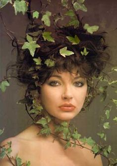 Kate got tangled in vines as she was 'runnin up that hill' . I mean only thee Kate bush would have a photo shoot of uber lovely vine action I her hair do. Foto Art, Female Singers, Stevie Nicks, Style Icons, Pixie, Beautiful People, Beautiful Lips, Gorgeous Women, Poses