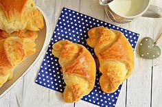 Ezek a kiflik rétegesek, puhák, sósak, és különlegesen finomak, mivel a rétegeket sós vajjal kenjük meg, majd megterítjük reszelt sajttal, és olyan szép, mosolygós pirosra sülnek, hogy nem lehet nekik Croissant, Bakery, Snack Recipes, Muffin, Chips, Cookies, Ethnic Recipes, Blog, Breads