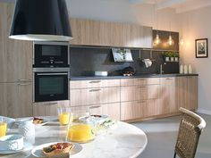 Una #cocina con distribución lineal y acabado natural. #office