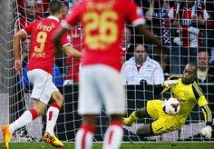 Kenneth Vermeer, doelman van Ajax, krijgt de bal niet onder controle en dat leidt de 1-0 van PSV in.