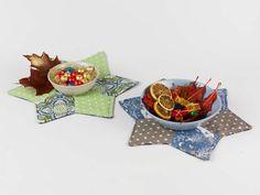 Nastja von DIY Eule zeigt Dir, wie Du diese zauberhaften Patchwork- Sterntelleruntersetzer selber nähen kannst. Sie sind eine tolle Tischdekoration für die Festtage und eignen sich auch prima als Geschenk.