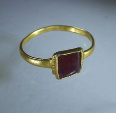 Gold ring ca 1300 with square cut garnet