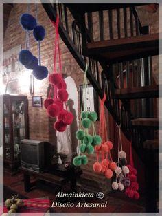 TULMAS  Artesanías del altiplano Realizadas en auténtico vellón o lana de oveja por nuestros artesanos del norte Cada tira tiene 6 tulmas o pompones (3 en cada extremo) Gran variedad de colores: Naranja, Rojo, Amarillo, Verde, azul, beige ,gris, etc.  Originales del altiplano (Noroeste Argentina) Se puede usar como collar de llaveros  ... Mira las últimas colecciones de los diseñadores de moda! y decorar tu casa adornando una silla o picaporte o como agarradera de cortinas.