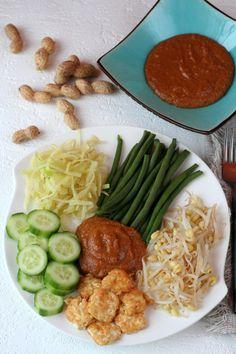 Recette authentique et traditionnelle de la salade végétarienne indonésienne gado gado, célèbre pour sa sauce pimentée aux cacahuètes et son tofu frit.