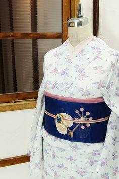 さっぱりとした白の地に、紫とピンクの色合い美しく、花と葉を蝶々にみたてたような絣風のデザインが浮かび上がる夏着物風の浴衣です。