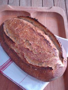 Pataki tálban sült félbarna kovászos kenyér - teljes kiőrlésű tönkölyliszttel, természetes kovásszal. Természetesen.