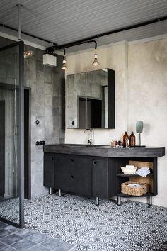 #Baño de estilo #industrial con el gris y las baldosas hidraúlicas como protagonistas.