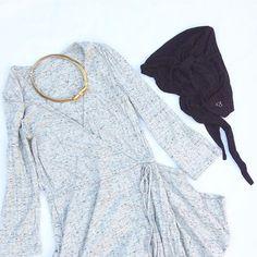 """El canale ha vuelto...estamos en pleno """"revival noventero""""  Lo bueno del punto es que es súper cómodo, en este conjunto hemos combinado un vestido en canale gris jaspeado con nuestro pañuelo oncológico modelo Margery en negro...y para rematar una gargantilla vintage dorada. Ir guapa y a la moda sube el ánimo siempre ✌️ #turbansandco #turbante #turbans #turbanstyle #modaespañola #canale #pañuelo #chemo #cancer #quimio #gold #fashionstyle"""