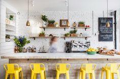 dom, wnętrza, wystrój wnętrz, home, decor, kawiarnia, jadalnia, bar, kuchnia, białe wnętrza, żółte krzesło
