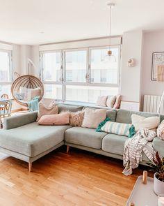 Decorar apartamentos pequeños en color pastel #nordichome #scandinavian #nordic #mint #sofamint Sectional, Decor, Nordic Home, Couch, Furniture, Sectional Couch, Modern House, Modern, Home Decor