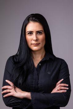 Retrato Corporativo   Foto para LinkedIn   Perfil Profissional   São Paulo/BR Business Headshots, Business Portrait, Professional Photo Shoot, Dark Images, Personal Branding, Portrait Photography, Beautiful Women, Photoshoot, Studio