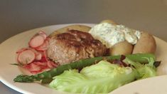 Billede af krebinetter med bacon, grøntsager, radisesalat og røde og grønne fraichedressinger