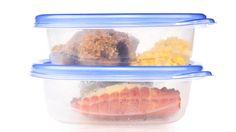 """Seis comidas que no deberías guardar en un tupper de plástico Es fácil de transportar pero algunas cosas se estropean. Huevo crudo y carnes previamente procesadas. Sopas y guisos . Leche y derivados lácteos. Ensaladas aliñadas. Café, té o infusiones.  """"El tupper de plástico es un gran aliado, pero algunas comidas se estropean en este recipiente"""""""